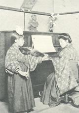 大正時代の課外の音楽授業風景。ヴァイオリンの他、ピアノ、オルガン、箏曲を学べた。