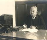 1954年頃の藏五郎。校長室にて