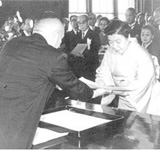 藍綬褒賞を受賞する益惠(1962年)