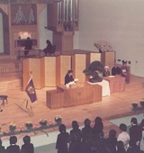 創立80周年記念式典で式辞を述べる益惠(1984年)