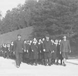 修学旅行を引率する藏五郎(1942年)、藏五郎は晩年まで修学旅行や夏季合宿などに参加し、生徒達に指導をした